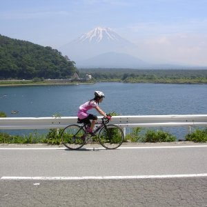 Naomi-san rolling past Fuji-san